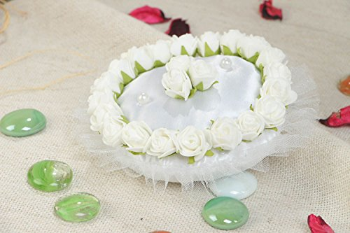 Joli coussin porteur d'alliances blanc avec fleurs artificielles fait main