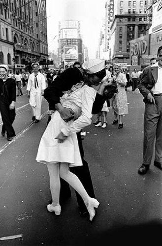 Photo Sailors Time Square Kissing A Woman Vj Day