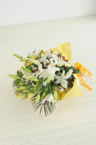 < 誕生日 結婚記念日 フラワーフラワーギフト 贈り物におすすめ> 花束 百合の女王カサブランカ