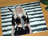 大きな写真、「エンジェル・ウォーズ」背に日本刀のエミリー・ブラウニング