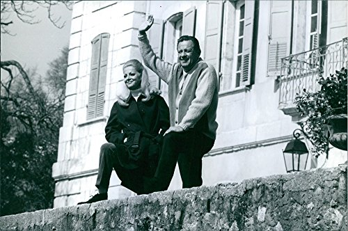 vintage-photo-of-virna-lisi-and-william-holden-waving-at-the-balcony