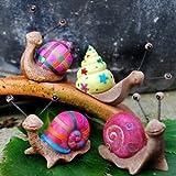 Ensemble de 4 escargots de jardin en résine de couleurs vives.