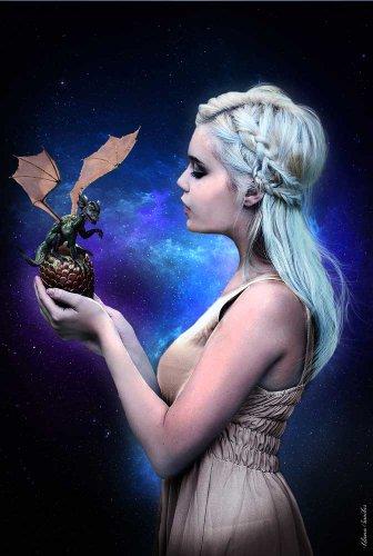 Liliana Sanches, Poster Dragon Queen + articolo aggiuntivo