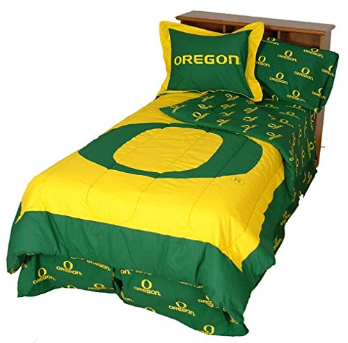 Oregon Ducks (3) Piece Queen Size Reversible Comforter Set - Includes: (1) Queen Size Reversible Comforter And (2) Pillow Shams - Save Big By Bundling! front-913698