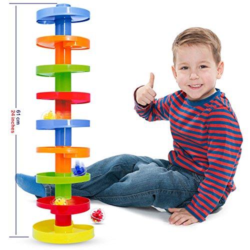 Scivolo per palline. Pista per le biglie. Formazione Family Fun per i bambini. Impilarli più alto.