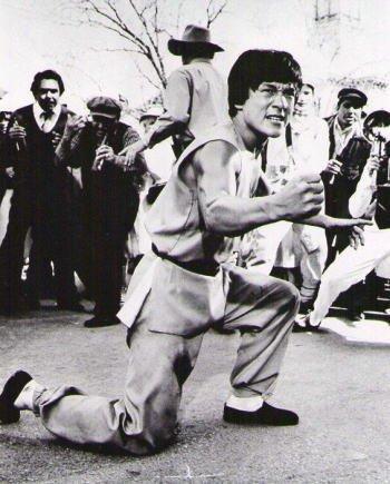 ブロマイド写真★『バトルクリーク・ブロー』ジャッキー・チェン/膝をついて力をこめる