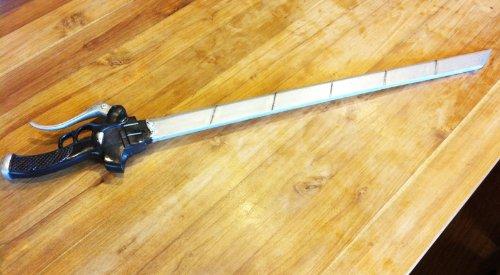 【600g軽量】コスプレ 進撃の巨人 立体機動装置 刀 武器【カッターナイフ 刃は追加可能】 エレン・イエーガー リヴァイ ミカサ アルミン アニ