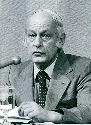 vintage-photo-of-canadian-politician-renac-lacvesque-speaking-on-the-microphone-1981