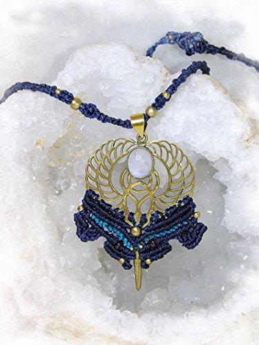 colgante-escarabajo-alado-egipcio-con-piedra-de-luna-en-macrame-colgante-en-geometria-sagrada