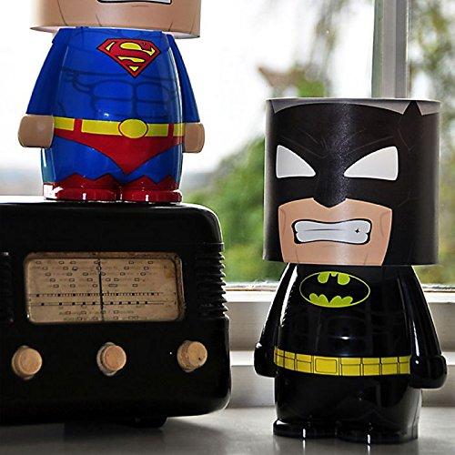 Pour parfaire votre décoration d'accessoires de super-héros, offrez-vous cette lampe de chevet représentant Batman au look insolite.