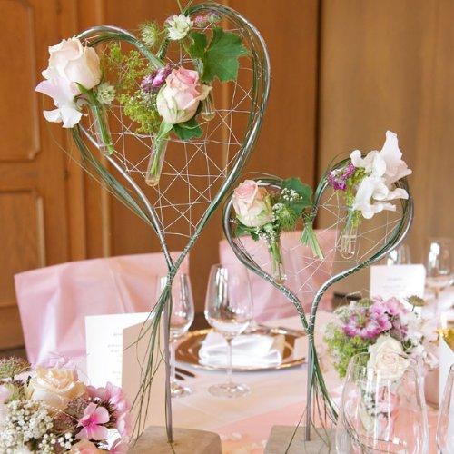 Dekostnder-Blumenherz-silber-klein-Frhlinghafte-Blumendeko-in-Herzform-perfekt-fr-Ihre-Tischdekoration-zur-Hochzeit