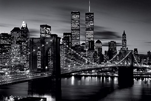 Set: New York, Brooklyn Bridge Da Notte N/B Poster Stampa (91x61 cm) E 1x Poster Da Collezione 1art1®