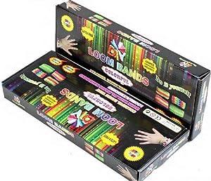 COFFRET KIT LOOM BANDS - Métier à Tisser + 6 pendentifs+ 900 Elastiques multicolores (1 sachet de 600 + 1 sachet de 300 élastiques Loom Bands supplémentaire inséré dans le kit de base) + 2 Crochets + Clips S - 100% compatible Rainbow Loom, Cra-Z-Loom et autres kits loom -