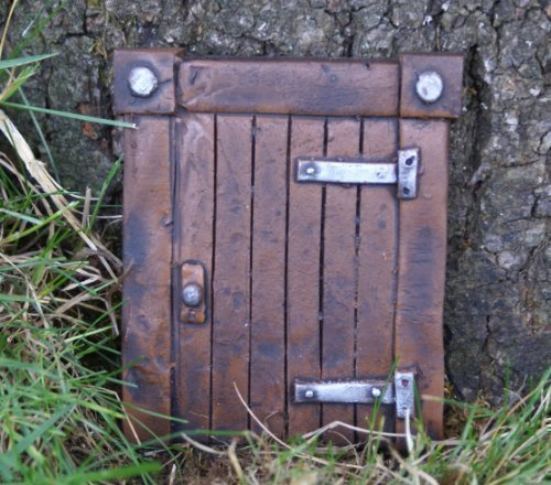 puerta-hobbit-para-jardines-o-arboles-la-entrada-magica-decoracion-de-jardin