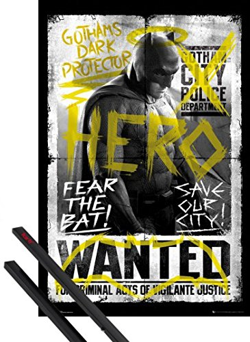 Poster + Sospensione : Batman Vs Superman Poster Stampa (91x61 cm) Batman Wanted E Coppia Di Barre Porta Poster Nere 1art1®