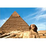 Póster 90 x 60 cm: The Sphinx sits before the Great Pyramid of Khufu de Miva Stock / Danita Delimont - impresión...