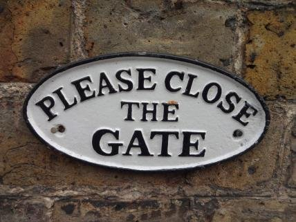 please-close-the-gate-gusseisen-zeichen