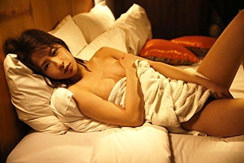 ベッドに横になる神室舞衣