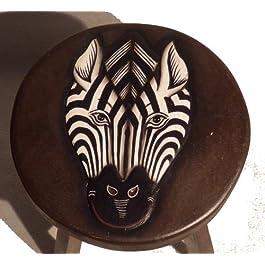 Taburete con diseño de estampado de cebra pintura infantil y cuchillo para trinchar carne. Comercio justo.