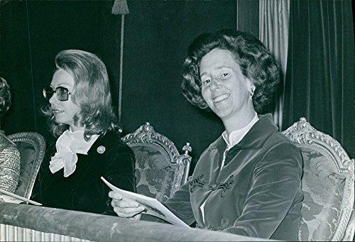 Vintage Foto della Regina Fabiola del Belgio è seduto con Cristina Magnuson di Svezia e guardando verso la telecamera con volto sorridente