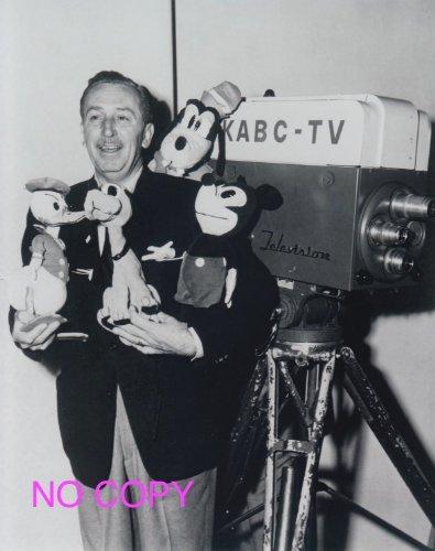 大きな写真、ウォルト・ディズニーご本人の写真。モノクロ