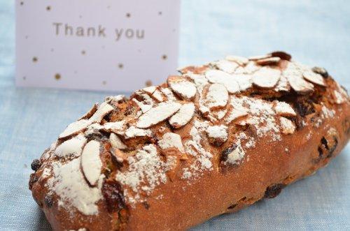 ライ麦全粒フルーツナッツパン。ライ麦全粒粉70%+小麦全粒粉30%の生地にたっぷりのフルーツとナッツ。すごく健康的で、すごく豪華なお菓子。そんな感覚のパンです。