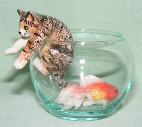 CAT Tiger Brown Climbs out of GoldFish Bowl w FISH New 3 MINIATURE Porcelain Figurines KLIMA L993C