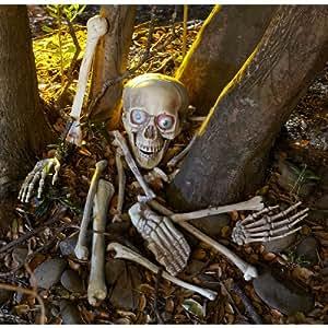 Skelett Gebeine Totenschädel mit Leuchtaugen, Sound und Bewegungsmelder 18 teiliges Horror Deko Schocker Set reagiert auf Bewegung und beginnt mit den Augen zu blinken und zu lachen wenn jemand den Weg des Knochenmonsters kreuzt Halloween Horror Deko Sensation USA Hammer
