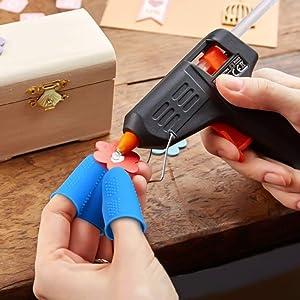 12 Pieces Silicone Hot Glue Gun Finger Caps, 4 Colors Finger Guard Protectors or Hot Glue Wax Rosin Resin Honey Adhesives Scrapbooking Sewing in 3 Sizes-Red/Blue/Yellow/Green (Color: Red/Blue/Yellow/Green, Tamaño: Small, Medium, Large)