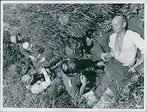 vintage-foto-de-dando-tratamiento-soldado-a-heridos-soldado-proporcionando-sangre