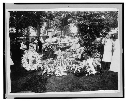 Photo Wilbur Wright funeral - floral decorations at the grave 1912