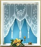 Raffiniertes Fensterbild mit handgebogtem Abschluß und Stangendurchzug