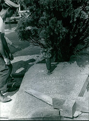 vintage-photo-of-a-photo-of-maria-maggis-tomb-mara-a-eva-duarte-de-peran-in-real-name