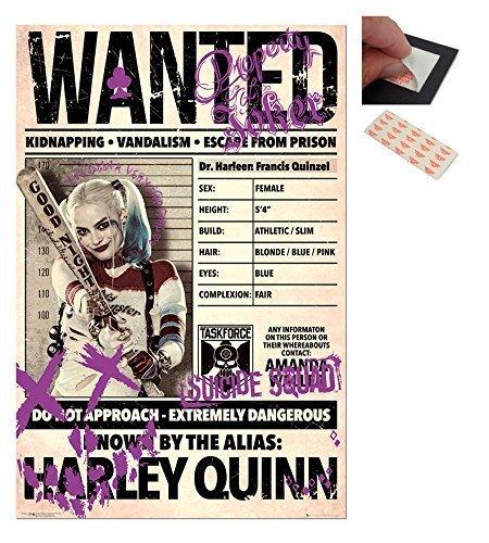 """Confezione - 2 Articoli - Harley Quinn """"Wanted"""" Suicidio Squadra Poster - 91.5 x 61cms (91.4x61cm) e un Set di 4 Cuscinetti Adesivi Riposizionabili Per Facile Fissaggio a Parete"""