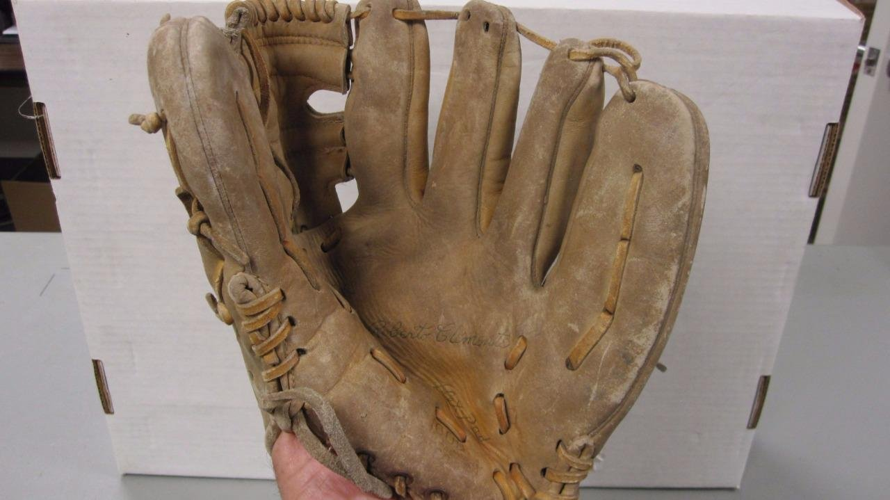 MACGREGOR ROBERTO CLEMENTE VINTAGE BASEBALL GLOVE G1000 OWNER NAME WRITTEN ON 0