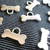 15 Small Dog Bone Charms Snoopy Scooby Silver Tone Bones Jewelry 15 x 8 mm (NS087) (Color: Silver, Tamaño: 15 mm x 8 mm)