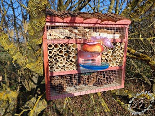 gro e insektenhotel insektenhaus als funktionale gartendeko mit futterstation und holzrinde. Black Bedroom Furniture Sets. Home Design Ideas