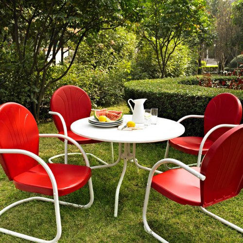 red decor ideas for an outdoor living room