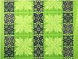 ハワイ直輸入の生地(ハワイアンファブリック)/黄緑色地に薄緑のモンステラのキルト柄と濃淡でアンスリウムとタロイモのキルト柄が描かれているボーダー柄