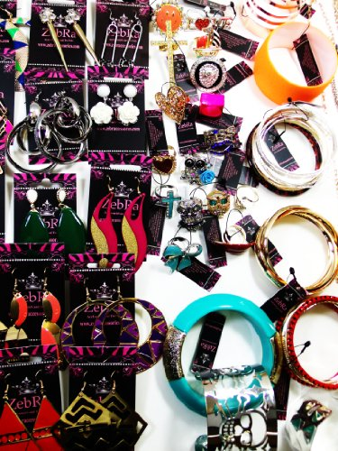 125 Pcs. Fashion Jewelry Big-lot. Includes:42-earrings,24-necklaces,24-rings,20-bracelets,10-hoops Set,5-studs Set. All Pieces Are Retail Card. Over Stock Clearance Sale. Styles Are Assorted and May Vary. At Wholesale Price.