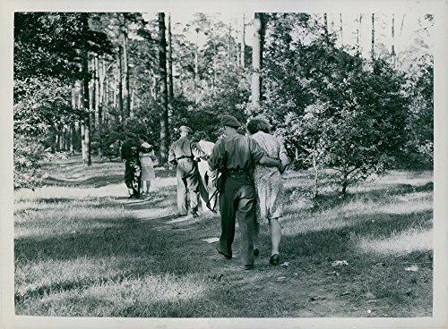 Vintage Foto von drei Military Herren halten eine Frau auf Ihrer Seite, während durch die Woods in Deutschland.