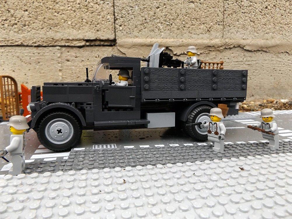 Modbrix 2468 – ✠ Bausteine Opel Blitz 2T mit Flak 38 Kanone Aufsatz inkl. custom Wehrmacht Soldaten aus original Lego© Teilen ✠ jetzt kaufen