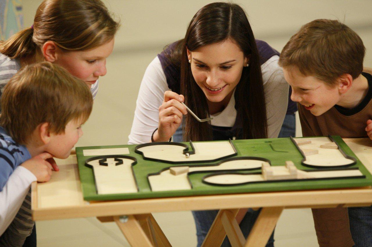 WeyKick Minigolf 280 / Tisch-Minigolfspiel für 1-5 SpielerInnen aus Holz / Spielfläche: 65 x 52 cm / 1 Edelstahlschläger, 2 Bälle + 1 Punk kaufen