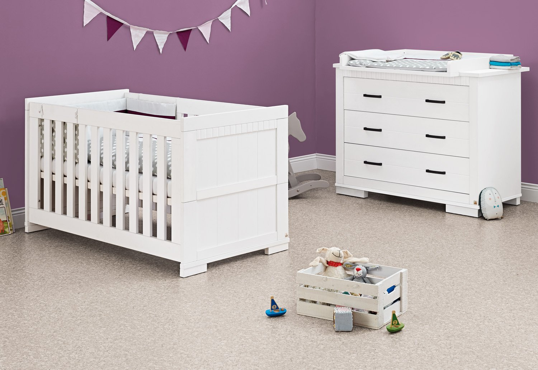 Pinolino Sparset Skrollan breit, 2-teilig, Kinderbett (140 x 70 cm) und breite Wickelkommode mit Wickelaufsatz, weiß mit Holzmaserung (Art.-Nr. 09 00 41 B) kaufen