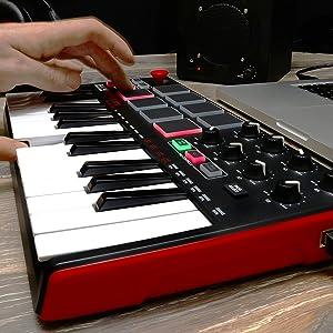 Piano Akai Professional MPK Mini MKII de 25 teclas utra portátil pad de batería, entrada MIDI a USB y controlador de rendimiento con palanca de mando.