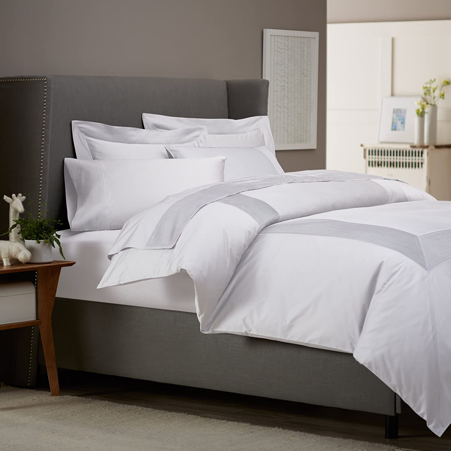 Lovely white bedding sets for Bed settings