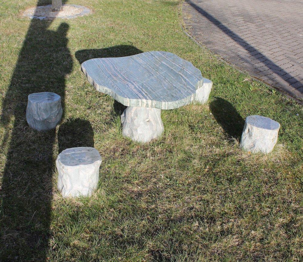 Gartenm bel sitzgruppe tisch mit 4 hocker ozeanfindling for Naturstein tisch