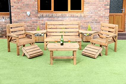 WOODEN GARDEN FURNITURE ANGLED COMPLETE SET COFFEE TABLE 1 BENCH 2 CHAIRS AND 2 DETATCHABLE TRAYS AND 2 GORGEOUS STURDY MATCHING WOODEN STOOLS