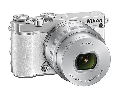 """Nikon 1 J5 + 1 Nikkor 10-30 mm VR appareil photo numérique PD-ZOOM avec des objectifs interchangeables, 20,8 mégapixels, vidéo 4K, basculement LCD tactile 3 """", micro SD de 16 Go Lexar 300X, couleur: blanc [carte Nikon: 4 ans gara"""