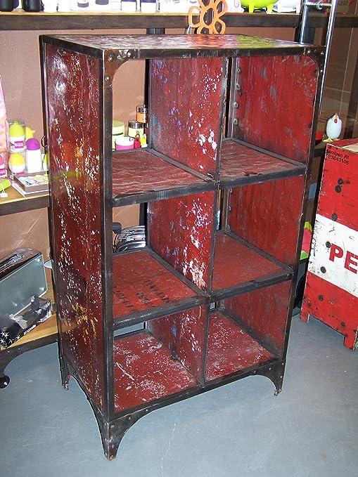 libreria in metallo realizzata con materiali di riciclo